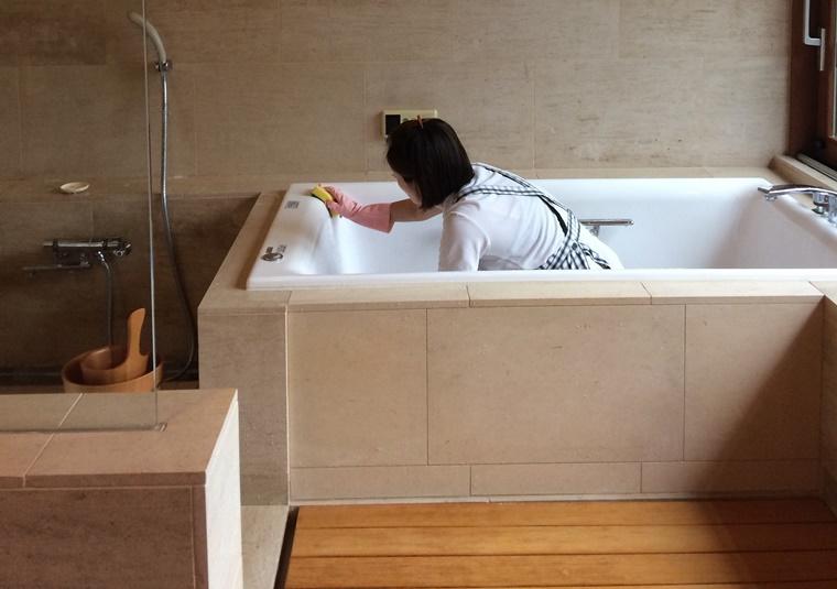 檜の浴槽のお掃除風景